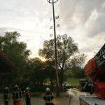 Maibaum nach Blitzeinschlag