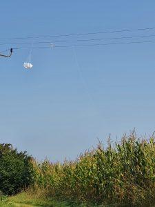 Wetterballon in Hochspannungsleitung
