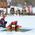 Rettung mit Eisretter - Person aus Wasser befreien